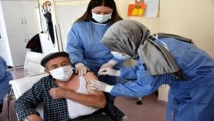 Aksaray'da huzurevleri ve bakımevleri sakinleri ile personeline Kovid-19 aşısı yapılıyor