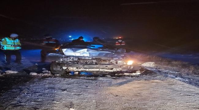 Kayseri'de otomobil tırla çarpıştı 3 kişi yaralandı
