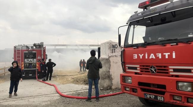 Kayseri'de çiftlikte çıkan yangında saman balyaları yandı
