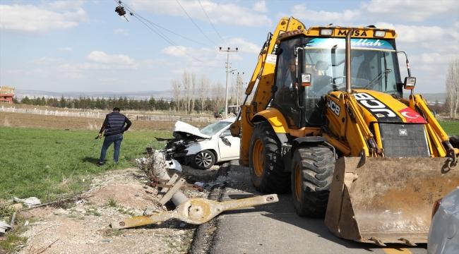Ankara'da otomobilin elektrik direğine çarpması sonucu 4 kişi yaralandı