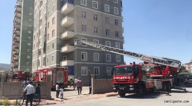 Kayseri Yunusemre Mahallesinde bir apartman dairesinde çıkan yangında 4 kişi dumandan etkilendi