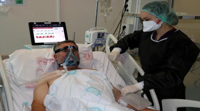 Yoğun bakımdaki Kovid-19 hastası aşı yaptırmamanın pişmanlığını yaşıyor